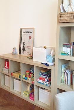 Livres pour enfants sur une étagère